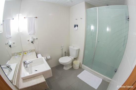 Banheiro box do chuveiro muito pequeno e escuro  Foto de Novotel Porto Alegr -> Box Banheiro Rio Pequeno