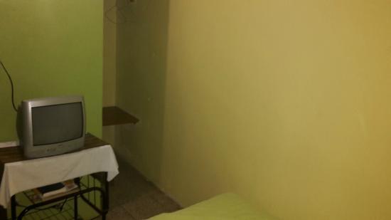 Green World Hotel: Zimmer-Ecke mit Safe und Garderobe