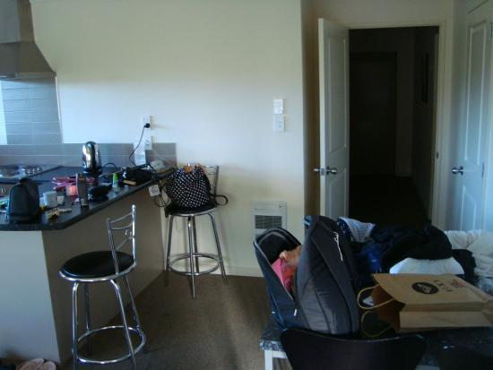 Hot Springs Motor Lodge: Kitchen/living room.