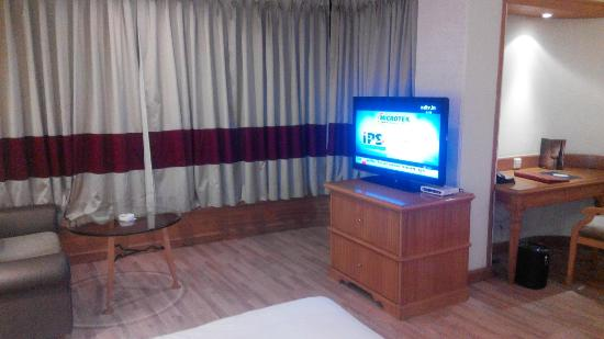 The Maya Hotel : tv and seating area in suit room