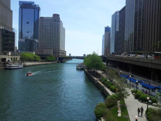 The Magnificent Mile : Chicago river