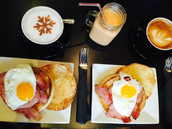 Dotty's Coffee House: BACON BAP, TCHAI TEA LATTE, SMOOTHIE