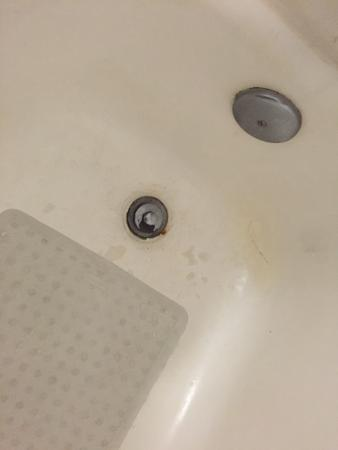 Howard Johnson Inn & Suites Columbus GA: Patched dirty bathtub