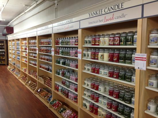 East Earl, Pensilvania: Dozens of candle lines to choose from. Love Yankee Candles