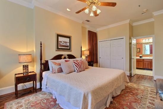 Oglethorpe Lodge : Bedroom with connecting bathroom
