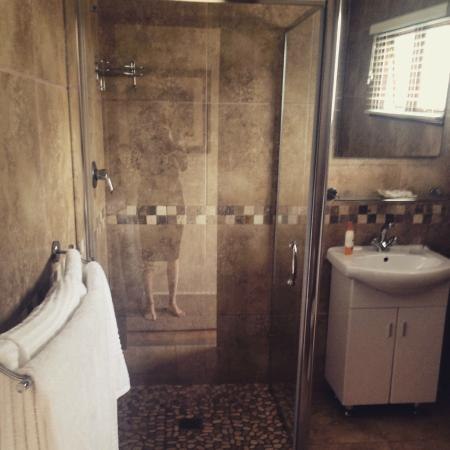 Crooked Tree Cottage: Brilliant Shower