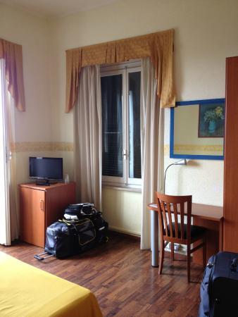 Hotel Bellevue : Bancada, armário e janelas