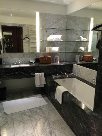 The Ritz Carlton, Vienna: Marmor Badezimmer Phantastisch