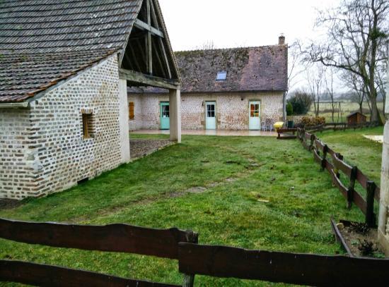 Nievre, Francia: Voici le bâtiment où logent les propriétaires et où se trouvent 2 autres chambres. C'est égaleme
