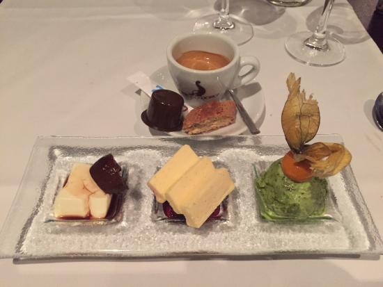 Hotel Restaurant Rössli: Panna Cotta mit eingelegter Feige, Prosecco-Parfait auf Waldbeerragout und Basilikum-Sorbet; ein