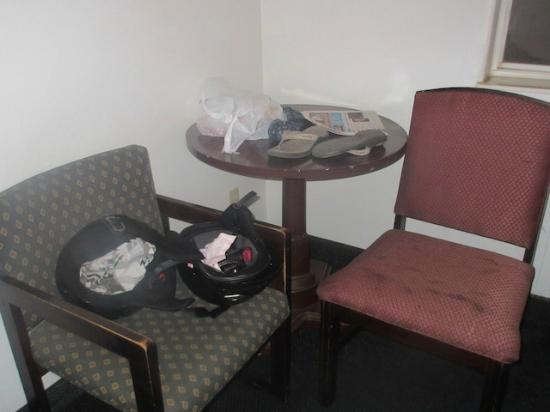 Motel 6 Apache Junction: Filthy chairs
