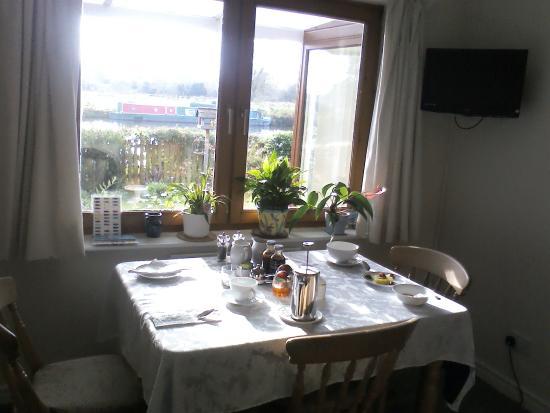 Twentysix Guesthouse: The breakfast table
