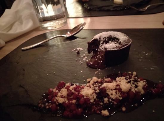 Golfhuus: Chocolate cake with berries