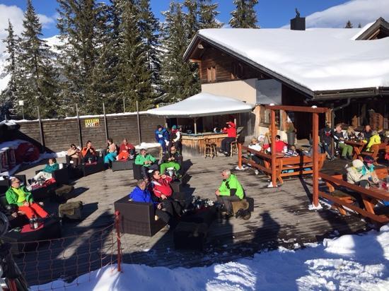 Schwendi Mountain Lodge: Terasse im Sonnenschein