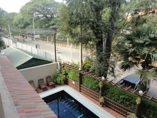 Angkor Sayana Hotel & Spa: Pool view from our room.River is across the road