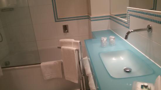 bagno spazioso - Picture of UNA Hotel Versilia, Lido Di Camaiore ...
