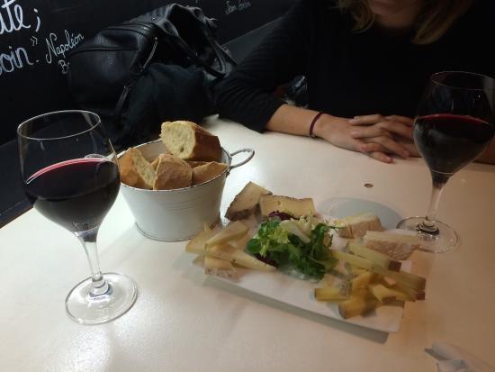 La Parcelle: Un bon vin rouge et un petit plateau de fromage pour clôturer la journée !