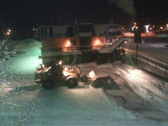 BEST WESTERN Alpenglo Lodge: This snow plow is at work at 4:30 a.m--below our room. Abrupt awakening!