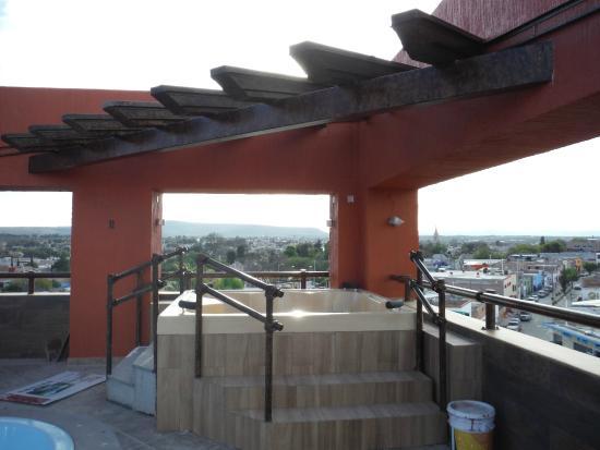 El Relicario De La Patria Hotel: Not quite ready rooftop jacuzzi and bar area