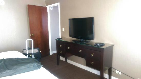 Sheraton Lisle Hotel : TV and dresser in bedroom