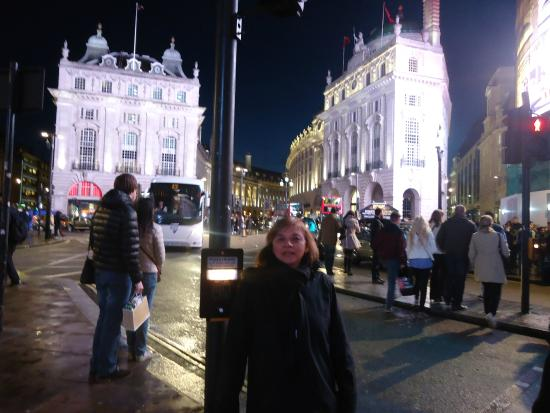 Piccadilly Circus: picadilly, frente a los enormes carteles luminosos