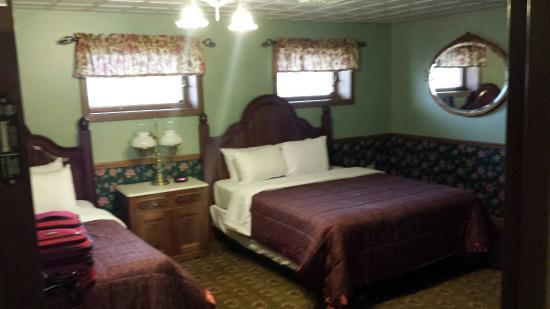 Hotel Millersburg: Room 214...very nice!