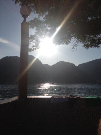 Phi Phi Don Chukit Resort : Sunset from pool area