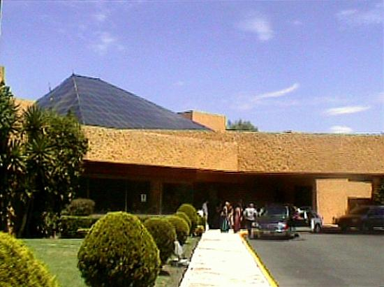 Atlacomulco, Meksiko: Exterior del hotel, con un jardín muy cuidado.