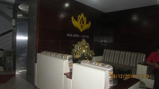 Hotel Golden Lotus: ресепшен. место для курения