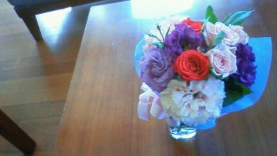 Vabien Suite I Serviced Residence: リビングのローテーブルと花。