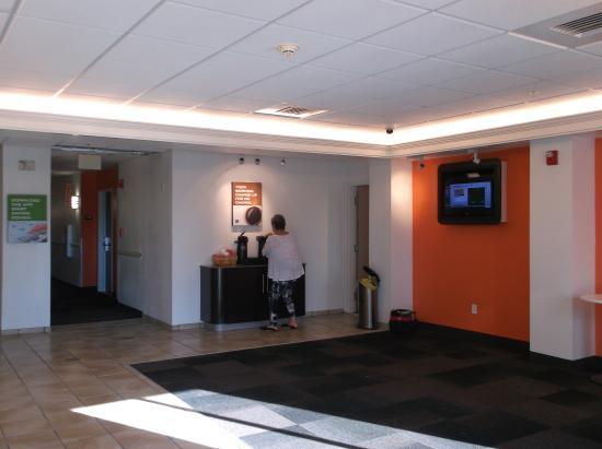 Motel 6 Orlando International Drive: Lobby and Reception