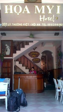 Hoa My Hotel: Reception and stairway