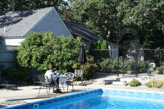 The Platinum Pebble Boutique Inn : Breakfast by the pool