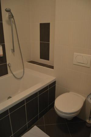 Hotel Flora: Baño