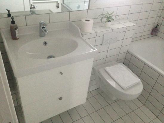 Grettisborg Apartments: upstairs toilet apartment 1