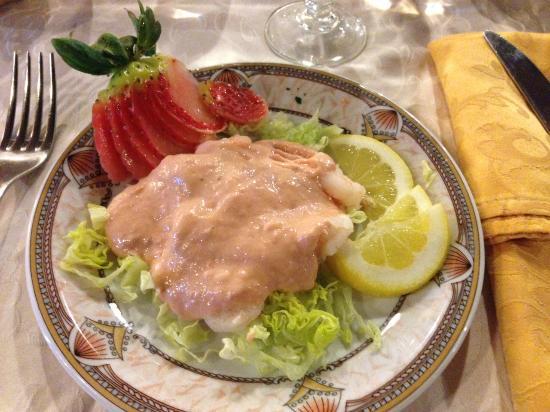 Chiesuol del Fosso, Italia: Antipasto di gamberetti in salsa rosa con fragole