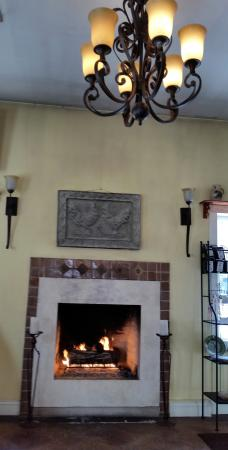 Madison Inn: Try to sit by the fireplace!!