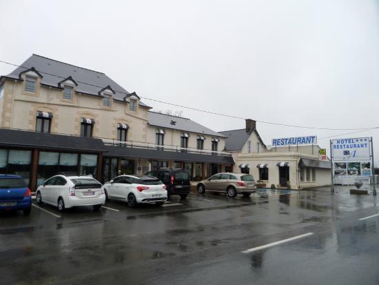 Hôtel Les 13 Assiettes : Facade de l'hôtel et du restaurant