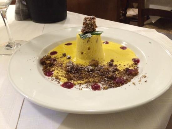Castelvetro Piacentino, Ιταλία: Semifreddo al passito e croccante di mandorle con salsa alla cannella