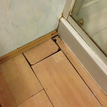 Boundary Hotel : Bathroom floor