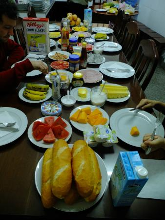 Thien An Hotel: Glorious breakfast with fresh fruits, baguettes, ham, corn flakes, and even Vegemite