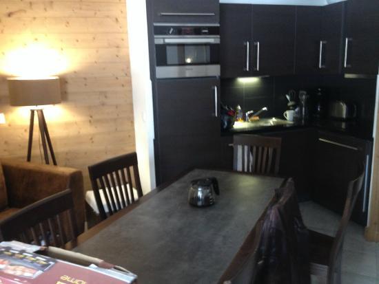 Lagrange Prestige Residence Les Fermes d'Emiguy : L'avantage c'est de pouvoir se servir dans le frigo sans se lever de table ...