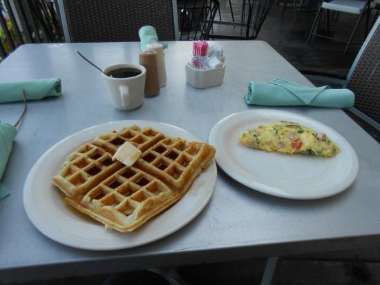 Pignoli on the Harbour : omelet waffle
