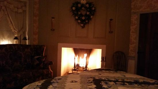 Country Hearth Bed and Breakfast: Fireplace in Cherub Room - amazing!