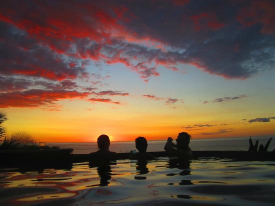 Vista de Olas Restaurant : Sunset at vista with friends