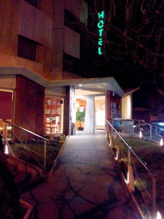 Hotel La Perla: Entrada al Hotel