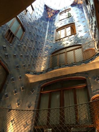 La cage d 39 escalier picture of casa batllo barcelona for Tapisser cage d escalier