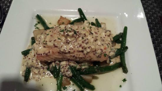 Edgewater Bar & Grille: The Salmon with potato and green beans was fantastic!