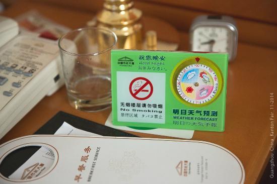 China Mayors Hotel: На столике стоит будильник и смешная табличка с указанием погоды.