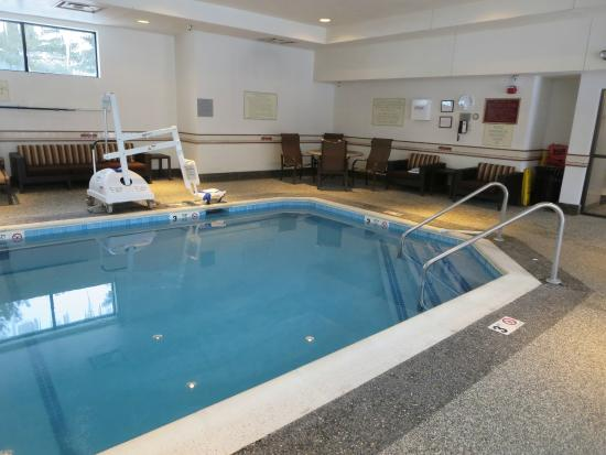 Courtyard Boston Foxborough/Mansfield: Nicely Redecorated Room.  Pool is Warm.  Bistro is Very Overpriced